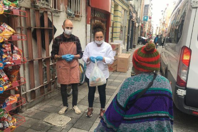 Kadıköy'de usta aşçı ve şefler, yaşlılara sıcak yemek dağıttı