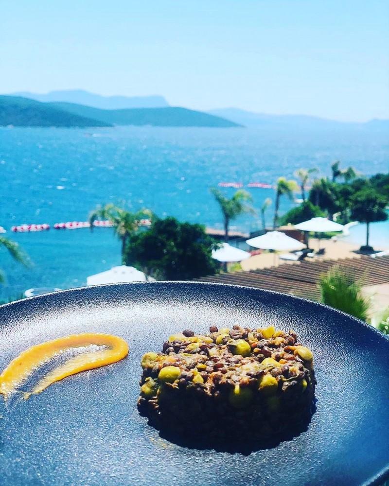 Le Meridien Bodrum Beach Resort, her biri en seçkin gurmelere hitap eden 5 ayrı restaurantı ile misafirlerinin 5 duyusuna birden hitap ediyor.