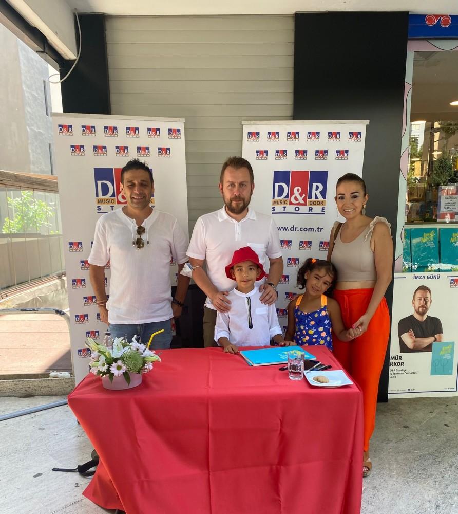 Ömür Akkor yeni kitabını okurları için D&R'da imzaladı