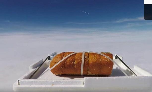 Ünlü Youtuber uzaydan gelen ekmeğin tadına baktı!