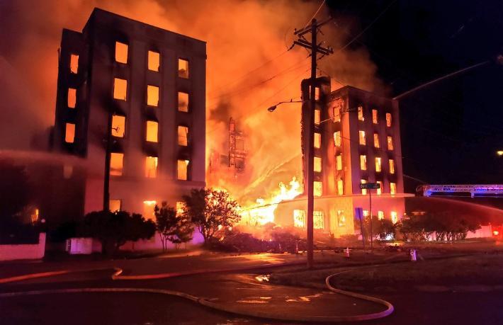 115 yıllık otel yangında kül oldu