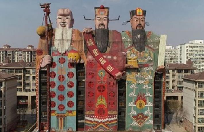 Çin\'de üç tanrı heykeli şeklinde otel