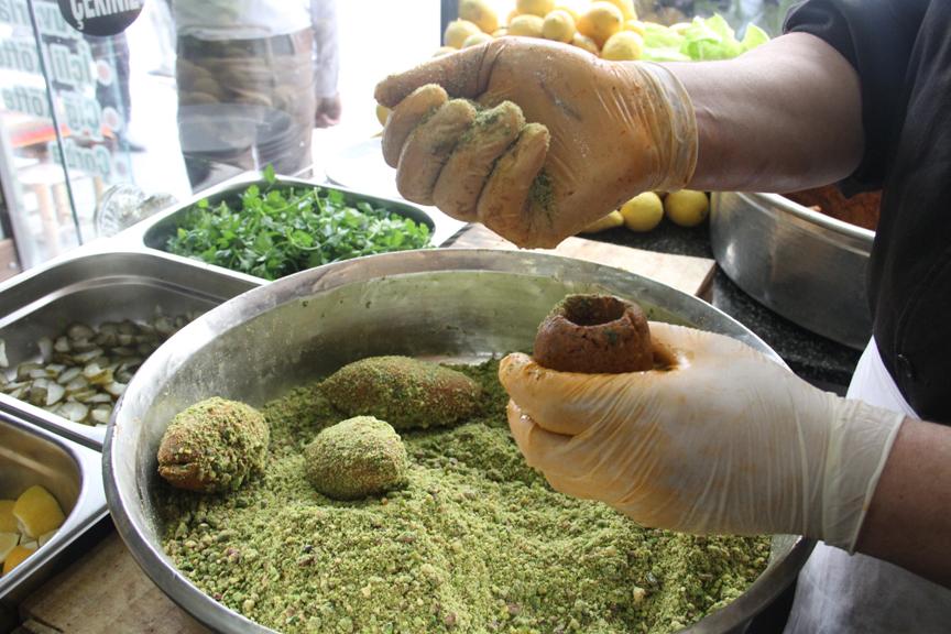 Gastronomi şehrinin yeni lezzeti \'fıstıklı çiğ köfte dolması\'