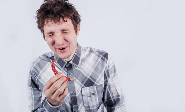 Dünyanın en acı biberini yiyen adam hastanelik oldu!