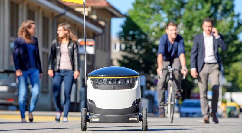 Yemek teslimatı yapan robotlar insanlar tarafından tekmeleniyor