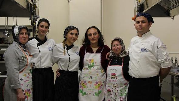 Öğrencilerin yemek yarışmasında rakipleri anneleri oldu