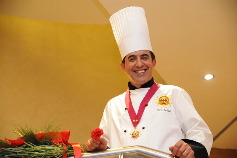 Başarılı şef Fikret Özdemir artık KKTC'de yer alan Lord's Palace Hotel'de