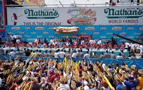 ABD\'nin bağımsızlık günü kutlamalarında sosisli sandviç yemek için yarıştılar