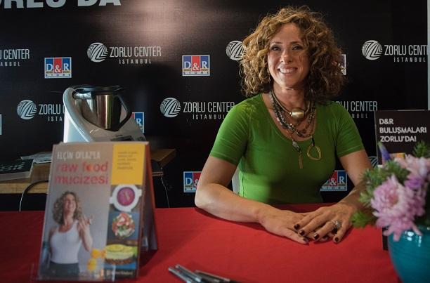 Raw Food Mucizesi kitabını imzaladı, çikolata yaptı