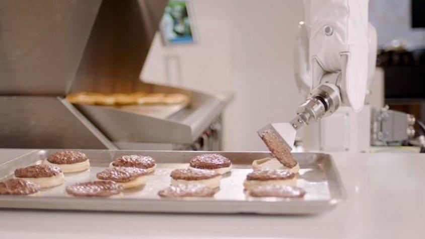 Robot aşçı Flippy Pasadena\'da hamburger ustası olarak işe başladı