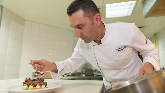 Orhan Demirok, şık, dengeli ve lezzetli tabaklara imza atıyor