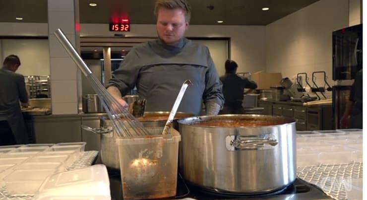 700 dolarlık set menü hazırlayan Michelin yıldızlı restoranın şefi, evsizlere yemek yapıyor